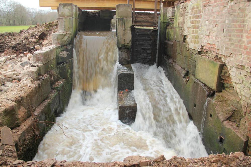 Reichlich Wasser. Die Schützentafeln sind bereits angehoben. Trotzdem fällt noch genug Wasser über den feststehenden, ehemaligen Wasserrad Einlauf.