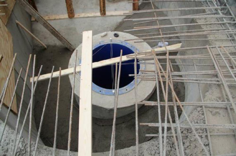 Blick auf die vorbetonierte Einlaufspirale. Links der Strömungseintritt. Rechts, durch das Schalbrett verdeckt, der Abschluss, als Sporn ausgebildet. Aufgenommen am 16.11.12.