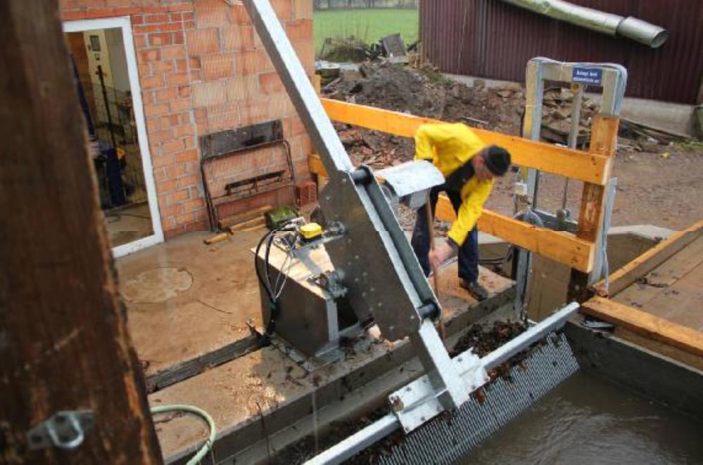 Am 23.12.12 hat das Hochwasser seinen Scheitelpunkt erreicht. Der Mühlenkanal, über Monate nicht genutzt, bringt jetzt große Mengen Laub vor den Rechen. Der Reiniger arbeitet automatisch, aber die Spülrinne muss von Hand unterstützt werden.