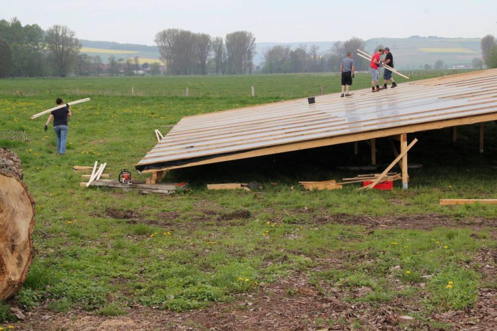 Ende April 2012 wird das Provisorium der Fotovoltaik Anlage in der angrenzenden Wiese aufgebaut.