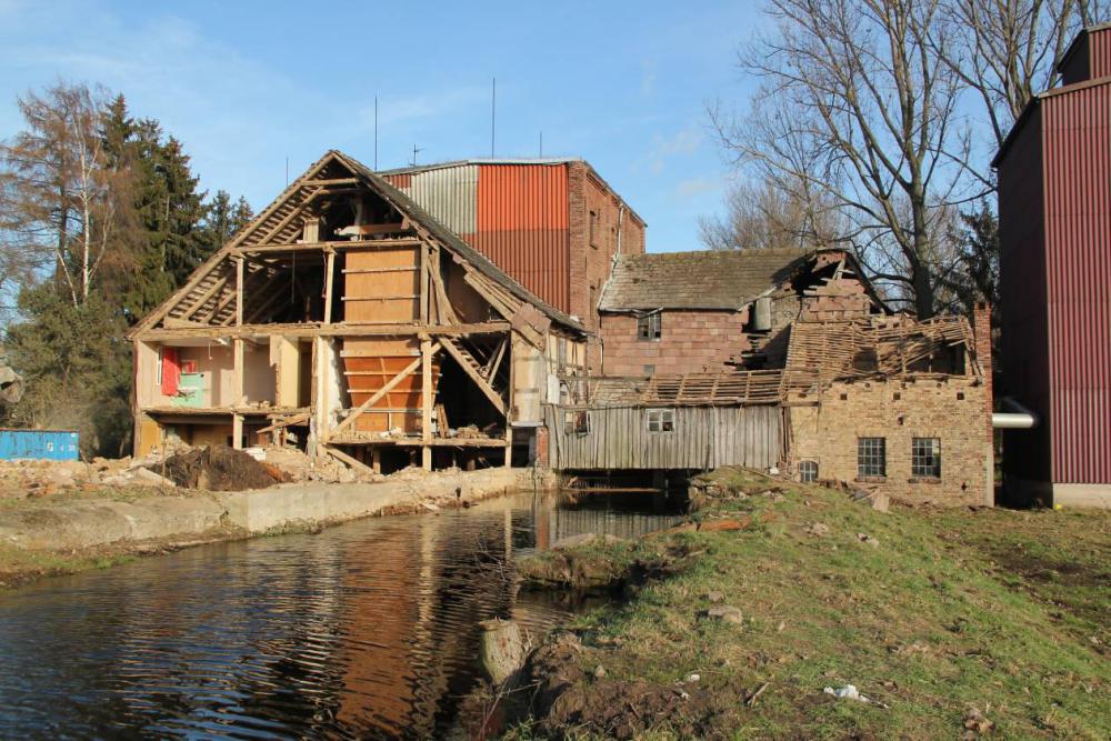 Der Stall ist Geschichte. Freier Einblick vom Westen in die Mühle und Teile des Wohnhauses.