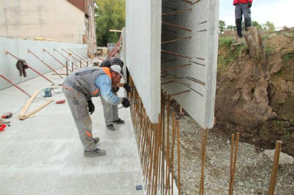 Die Anschlusseisen werden frei geschnitten und in die Wand eingeführt.