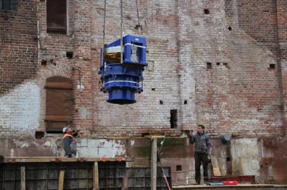 Ausgelegt für 90 Tonnen Last ist es für den Autokran ein Leichtes die Turbine zu heben und zu positionieren.