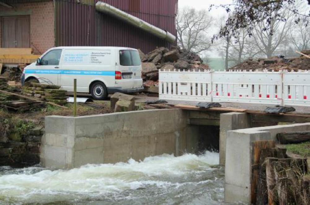 Deutlicher lässt sich Wasserkraft nicht erleben. Mit hoher Geschwindigkeit drückt die Wassermenge aus dem Leerschuss in den Kolk und wühlt dabei diesen bis auf den Grund auf.