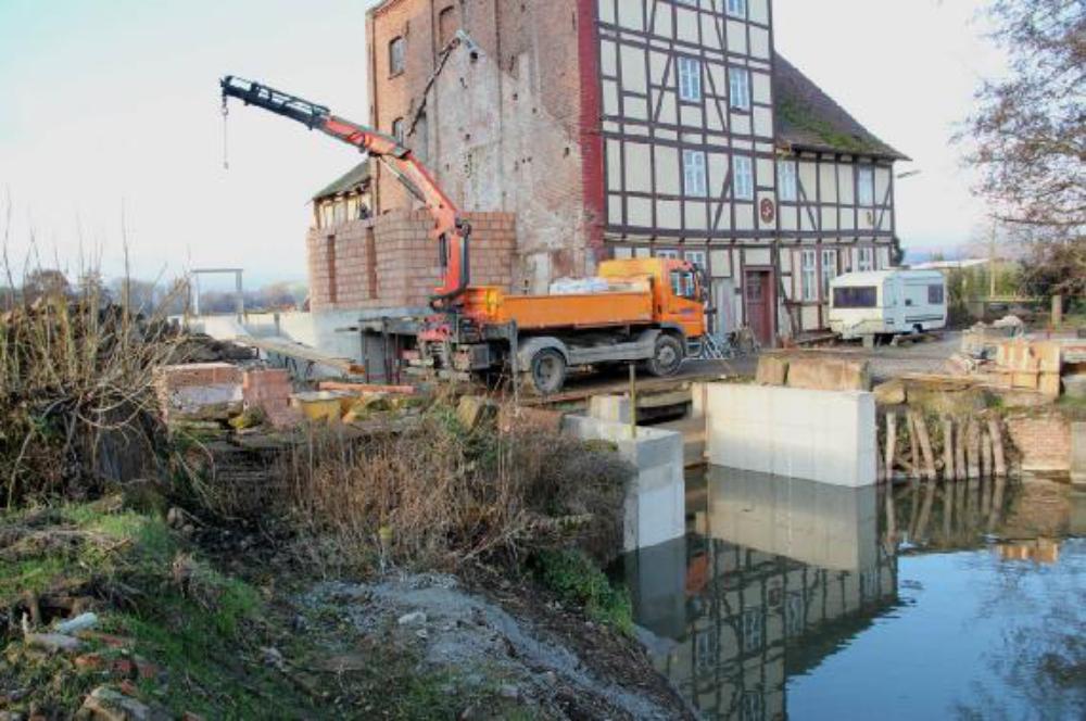 Das Maschinenhaus entsteht in Ziegelbauweise. Mit dem LKW-Kran werden Steine und Mörtel auf die Rust gehoben. Aufgenommen am 30.11.12.