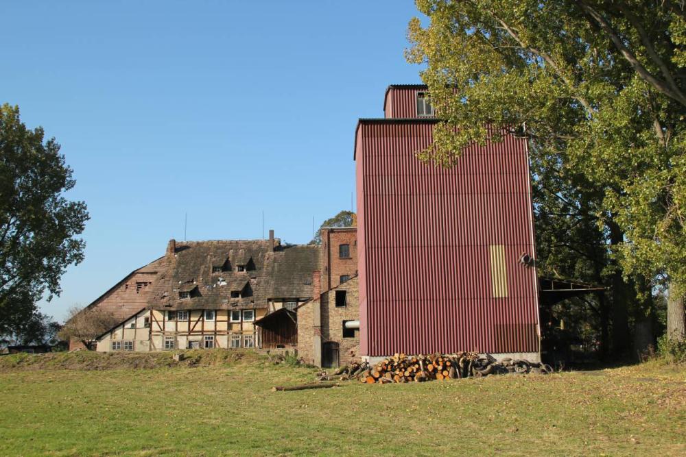 Blick aus südlicher Richtung auf die Mühle. Im Vordergrund rechts der Getreidespeicher. Gut zu erkennen der Deich des Mühlengrabens vor dem Wohnhaus. Aufgenommen am 23.10.11