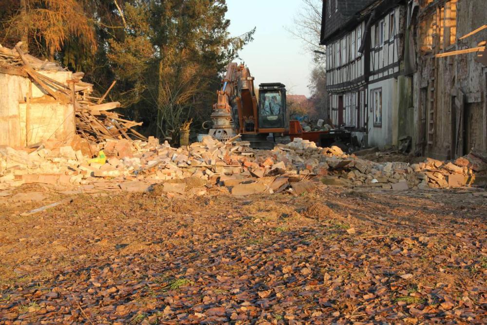 Der Abbruch hat begonnen. Holz und Bauschutt werden getrennt, aber nicht mit der Hand. Mit viel Feingefühl erledigt das der Baggerfahrer mit dem Greifer. Aufgenommen am 23.11.11
