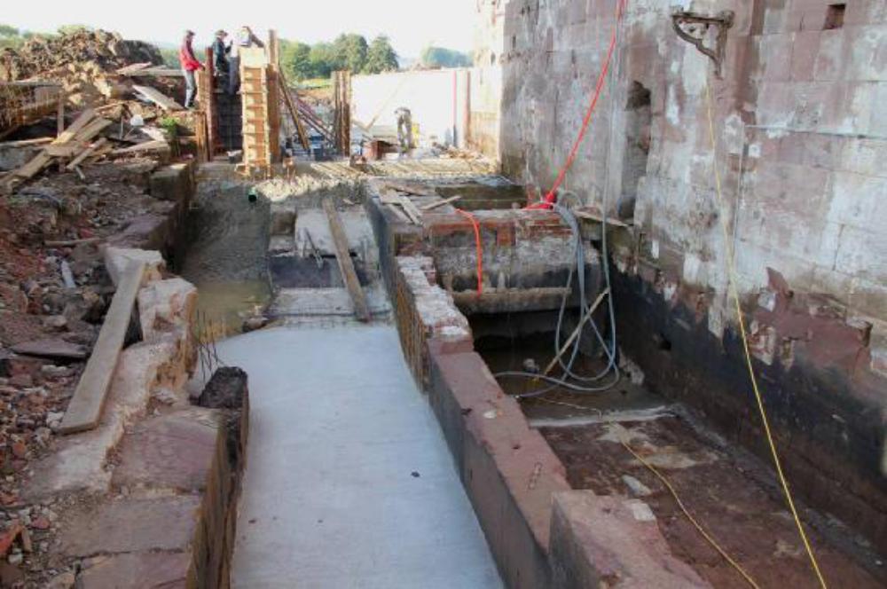 Die Leerschusssohle ist bereits saniert. Im Turbinenkanal besteht noch Plan A. Das heißt die Turbine soll auf den alten Saugrohranschluss gesetzt werden. Aufgenommen am 8.10.12