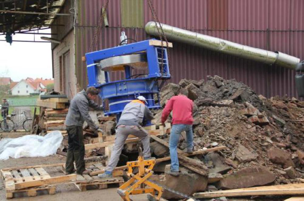 Der erste Versuch die Turbine mit Hilfe des Ladekrans eines Holz LKWs einzubauen. Aufgenommen am 19.11.12.