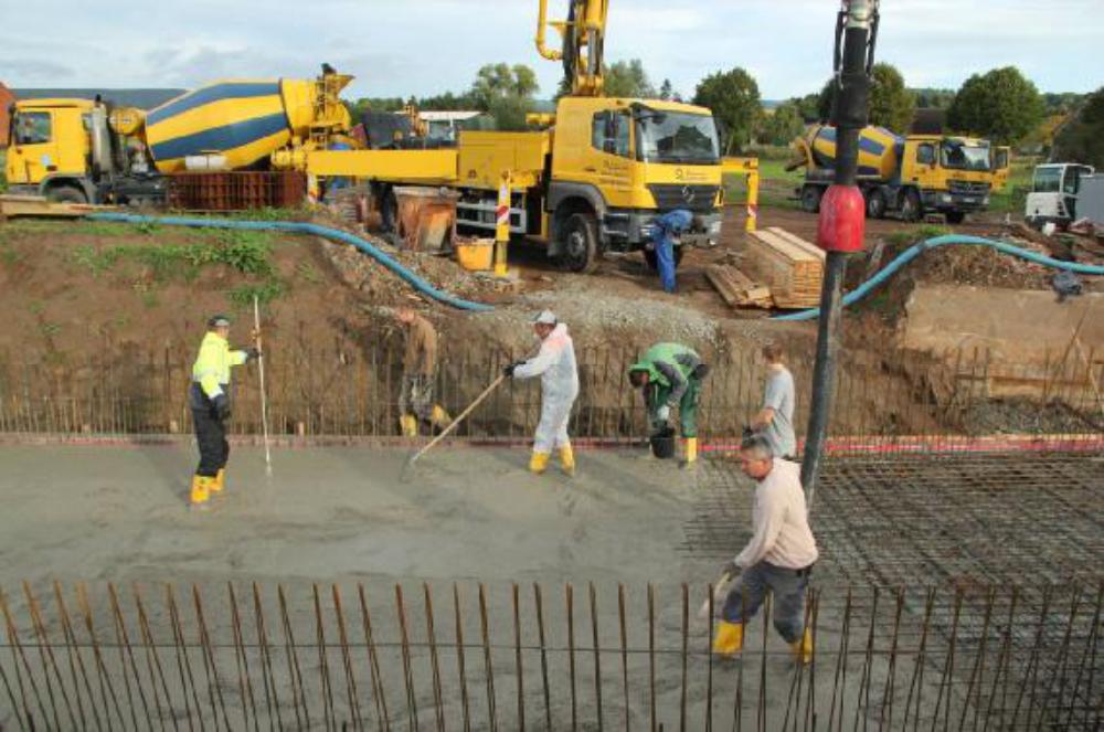 Am 25.09.12 wird die Trogsohle betoniert. Betonpumpe und Betonmischer ergeben ein buntes Bild.