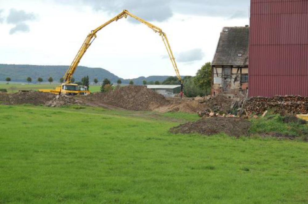 Der Blick aus der Ferne verdeutlicht den Aktionsradius der Betonpumpe.