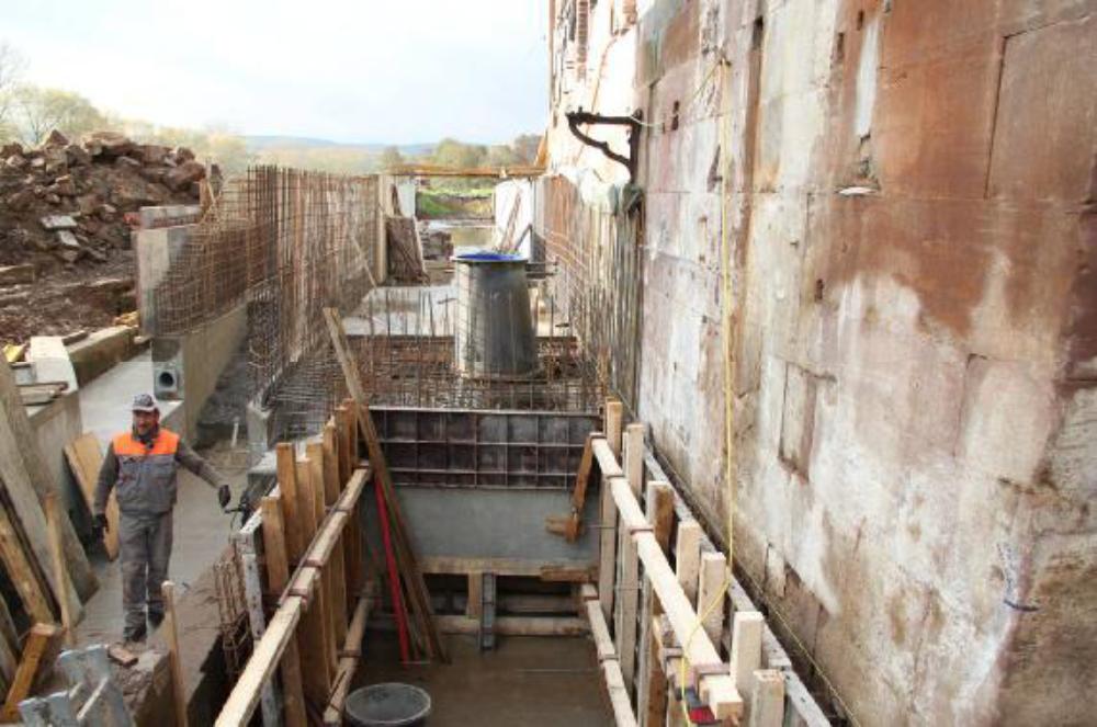 Die Saugrohrschalung ist einbetoniert. Der Saugrohrkonus ist aufgesetzt und exakt ausgerichtet. Auf den oberen Flansch wird später die Turbine aufgesetzt. Aufgenommen am 6.11.12.