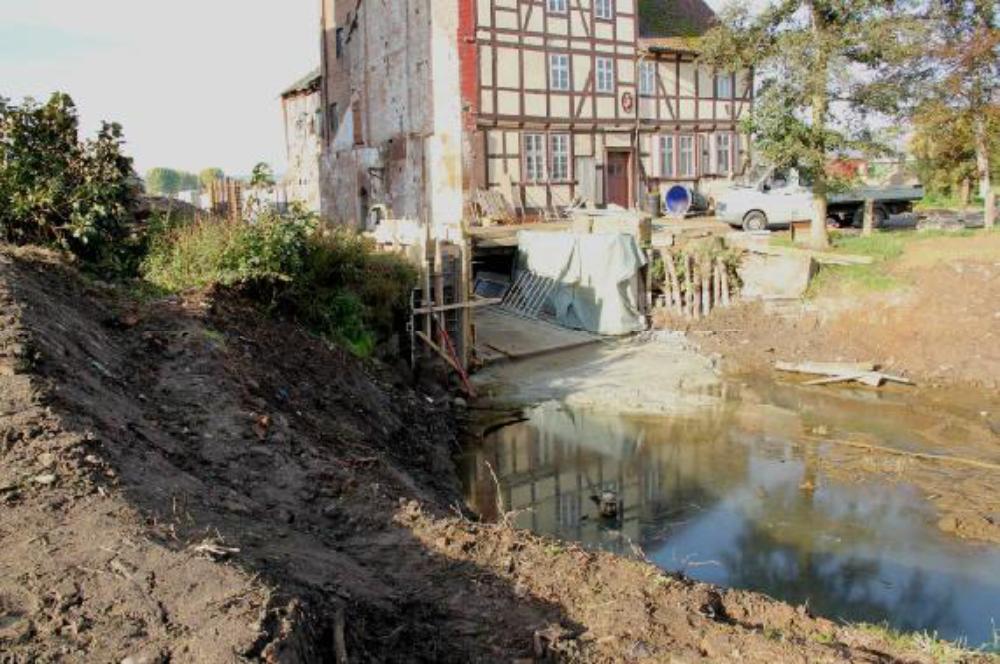Der Uferbereich am kolk ist fertig gestellt. Die Tauchpumpe kann den Wasserspiegel gut halten, auch wenn überall Grundwasser nachdrückt. Aufgenommen am 18.10.12
