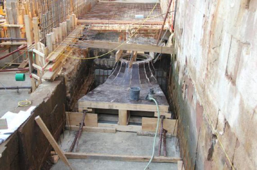 Die Saugrohrschalung ist positioniert auf die neue Sohle aufgesetzt und gegen Auftrieb gesichert. So kann die Schalung mit Beton fixiert werden.