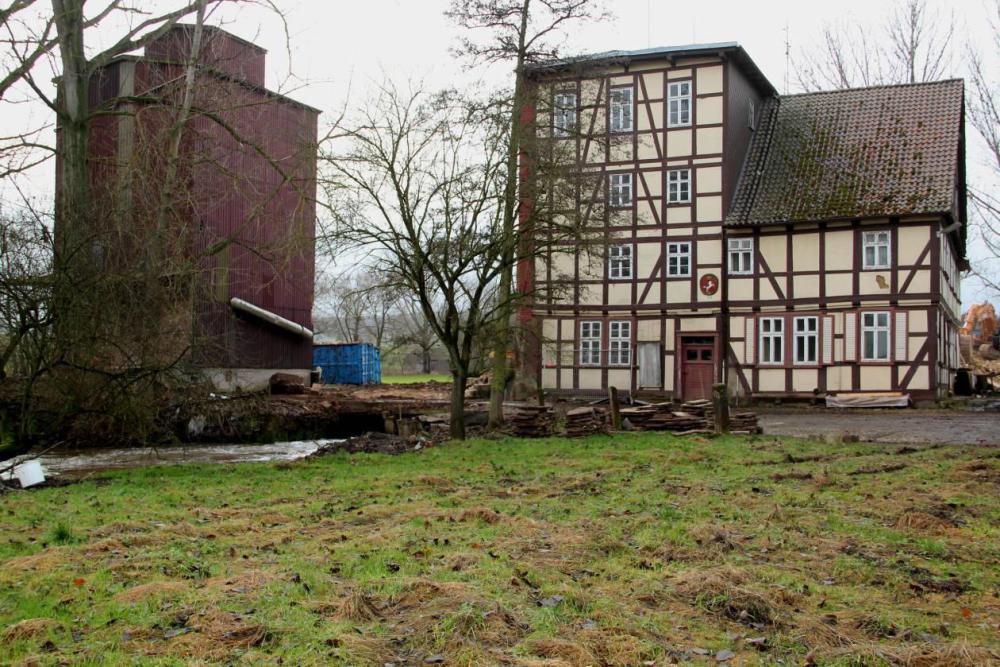 Die Ostseite des verbliebenen Mühlengebäudes. Die Überdachung über die Brücke, und die Korn - Reinigung zwischen Mühle und Silo mussten wegen maroder  Bausubstanz abgebrochen werden.