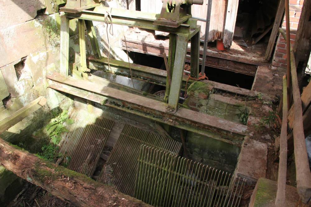 Der Zulauf zur Turbinenkammer. Der Rechen, oder was davon übrig ist, konnte die  Turbine nicht mehr vor Triebgut schützen. Schwere Schäden am Läufer waren die Folge.