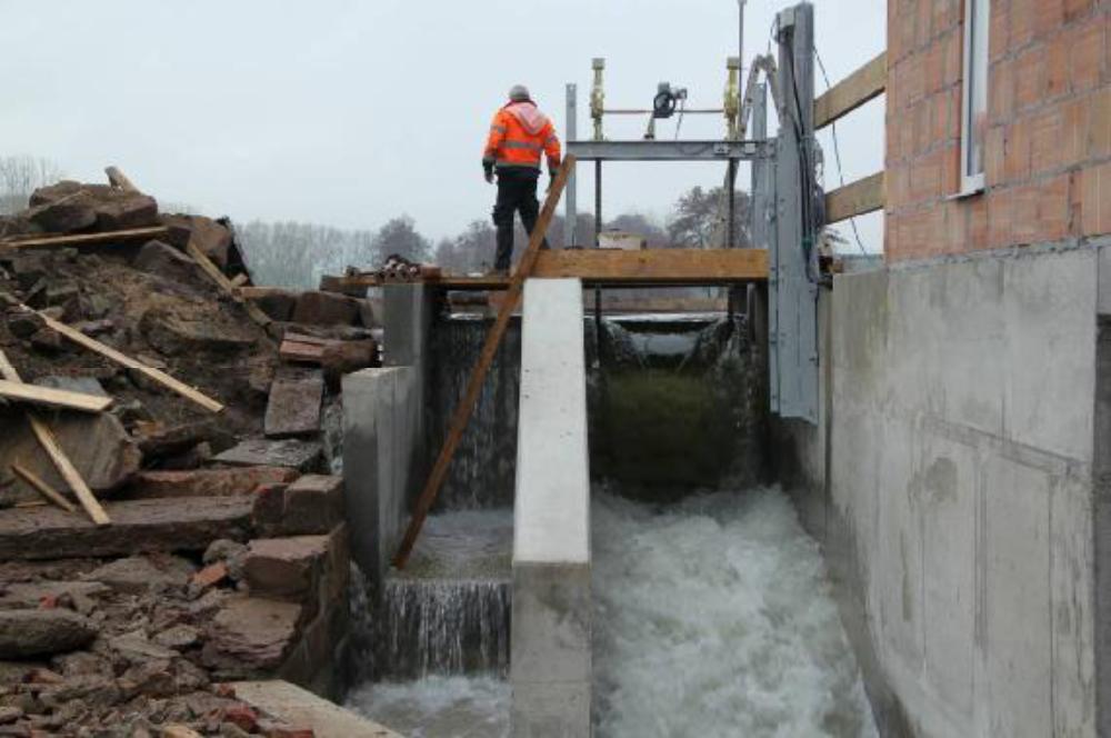 War währen der Bauphase der Wasserstand der Ilme optimal niedrig, so war zur Inbetriebnahme reichlich Wasser vorhanden. Sogar der Überlauf führt hier Wasser, bis die Bolzen gesetzt sind und die untere Tafel mit angehoben werden kann.