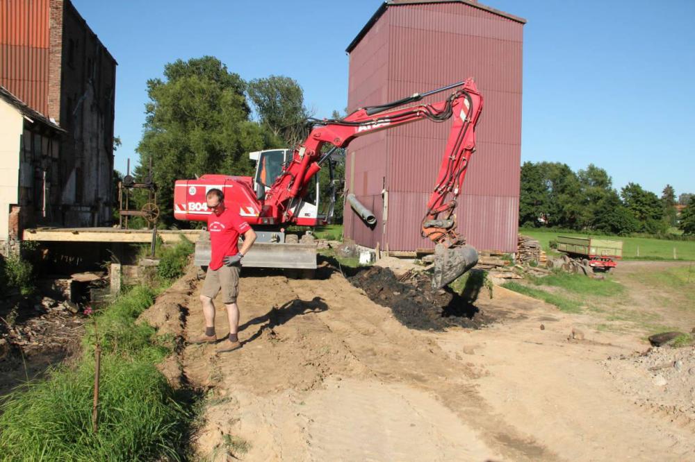 Das dabei anfallende Material wird gleich wieder für den Deichbau verwendet.