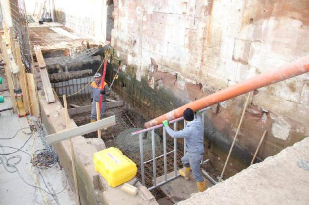 Die Sohle im tiefer gelegten Turbinenkanal wird betoniert. Eine der wenigen Betonarbeiten ohne Betonpumpe