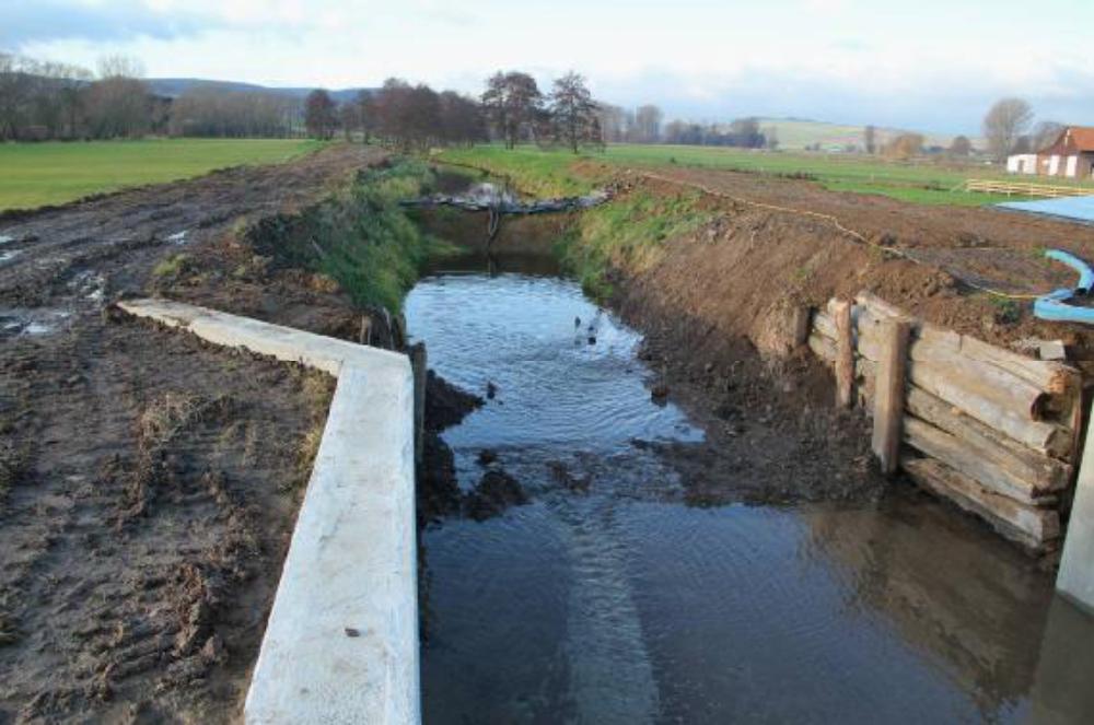 Mit einer Tauchpumpe wird der Mühlengraben entleert. Ist Damm 2 entlastet, kann auch dieser ausgebaut werden.
