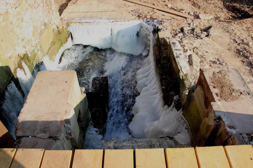 Zu einem Vorhang hat sich das Eis am Leerschusskanal ausgebildet.