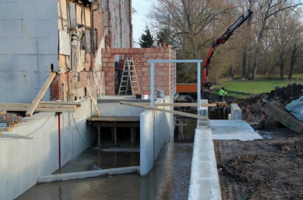 Das erste Wasser fließt durch den Leerschuss. Vor dem Einströmkanal schräg angeordnet, die Geschiebesperre. Aufgenommen am 30.11.12.