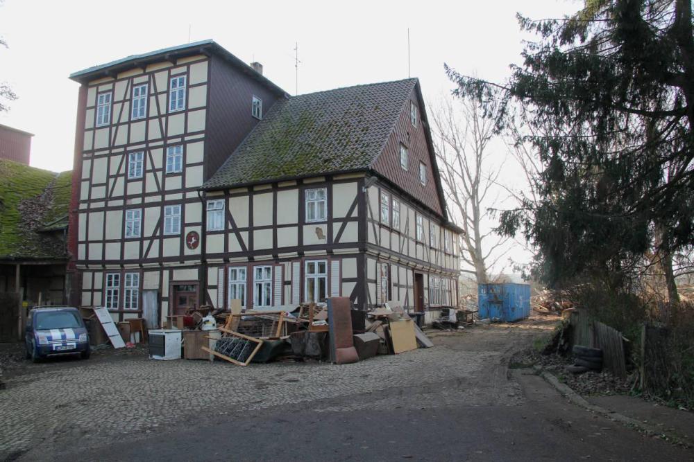 Der Hausrat geht in den Sperrmüll. Beim Anblick einiger Möbel werden Geschichten um den letzten Müllermeis(sch)ter Stengel wach.