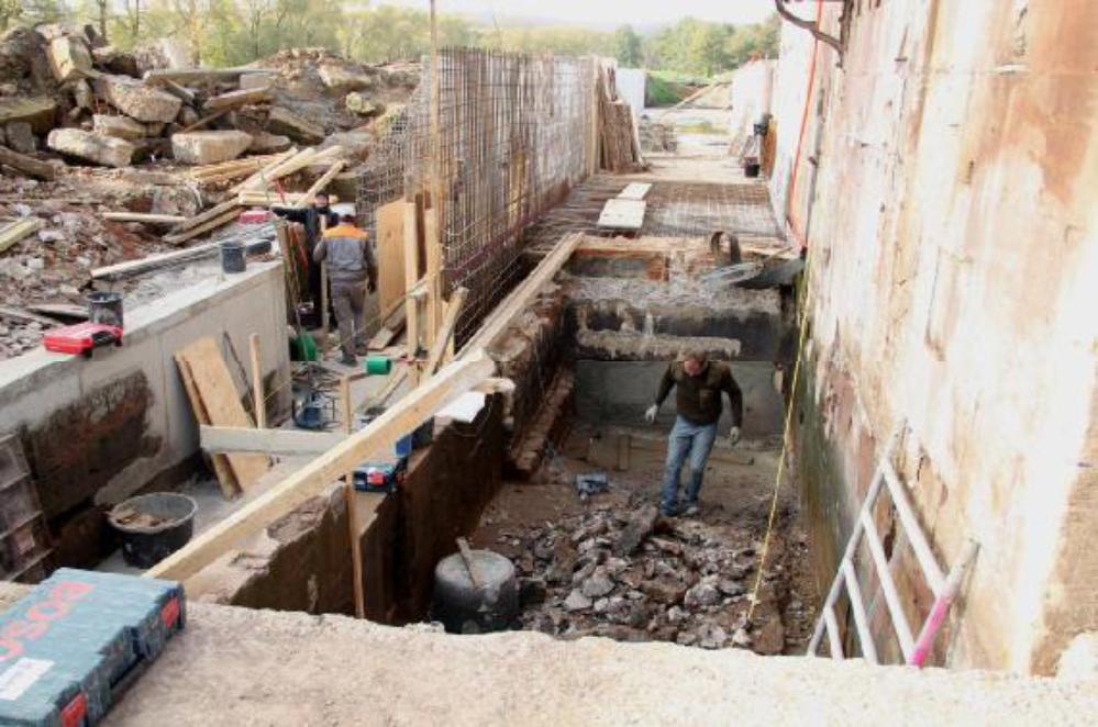Plan B wird umgesetzt. Das alte Saugrohr ist bereits mit Beton verfüllt. Für die neue Saugrohrschalung wird der Turbinenauslauf tiefer angelegt.