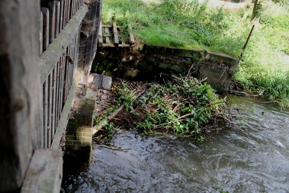 Am stärksten betroffen war der Turbinenkanal von den Verklausungen. Da hier nur noch geringe Wassermengen durchgingen, war der Schlamm teilweise einen halben Meter hoch.