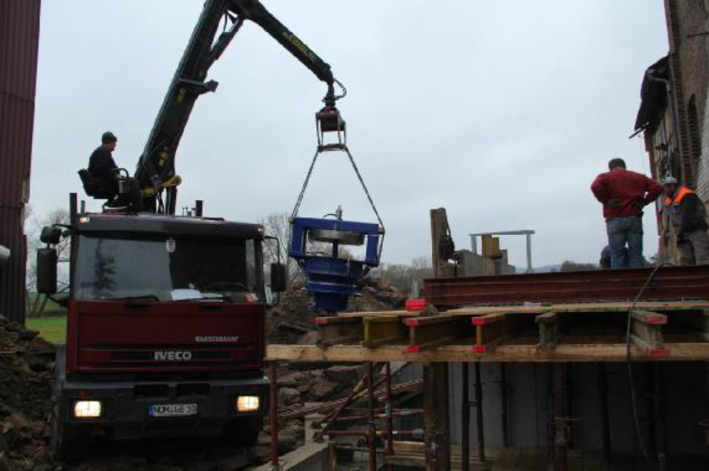 Jedoch waren die 2,5 Tonnen bei der erforderlichen Auslage viel zu viel. Mit viel Glück wurde die Turbine dabei nicht beschädigt.