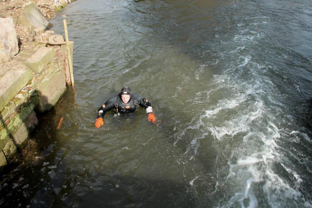 Der Taucher soll den Zustand des Turbinenkanals in Unterwasser erkunden Aufgenommen am 9.03.12