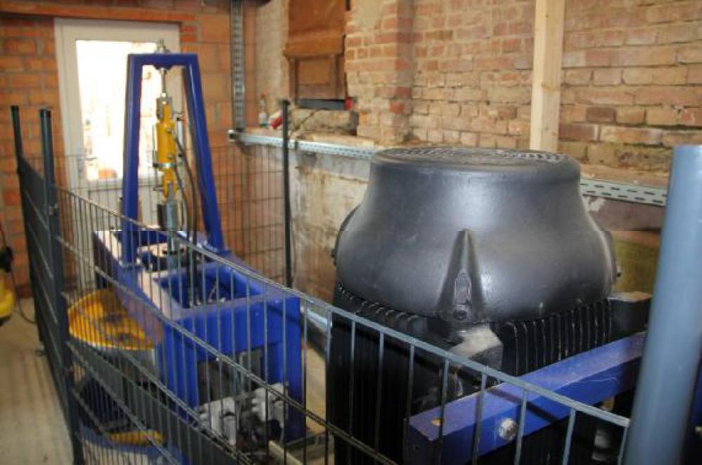 Durch den Schutzzaun bleibt der Maschinenraum auch bei laufender Turbine begehbar.