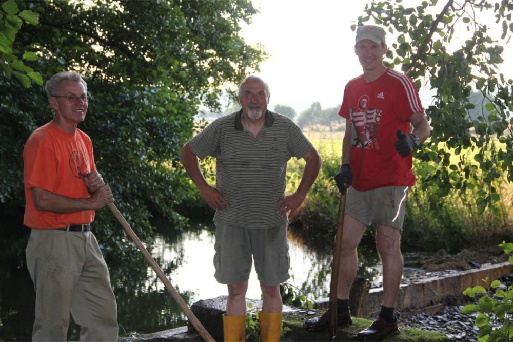 Heinrich Wilhelm Rohmeier, Karl-Heinz Wilkens, Steffen Rohmeier, von links Damm 1 ist eingebaut, die Anstrengungen deutlich zu sehen.