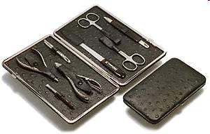 Abbildung eines Malteser-Maniküreetui mit 8 teiliger Bestückung aus Haut- und Nagelschere, Haut- und Nagelzange, Pinzette, Nagelfeile, Nagelreiniger mit Nagelhautschieber, Nagelhautpinsel