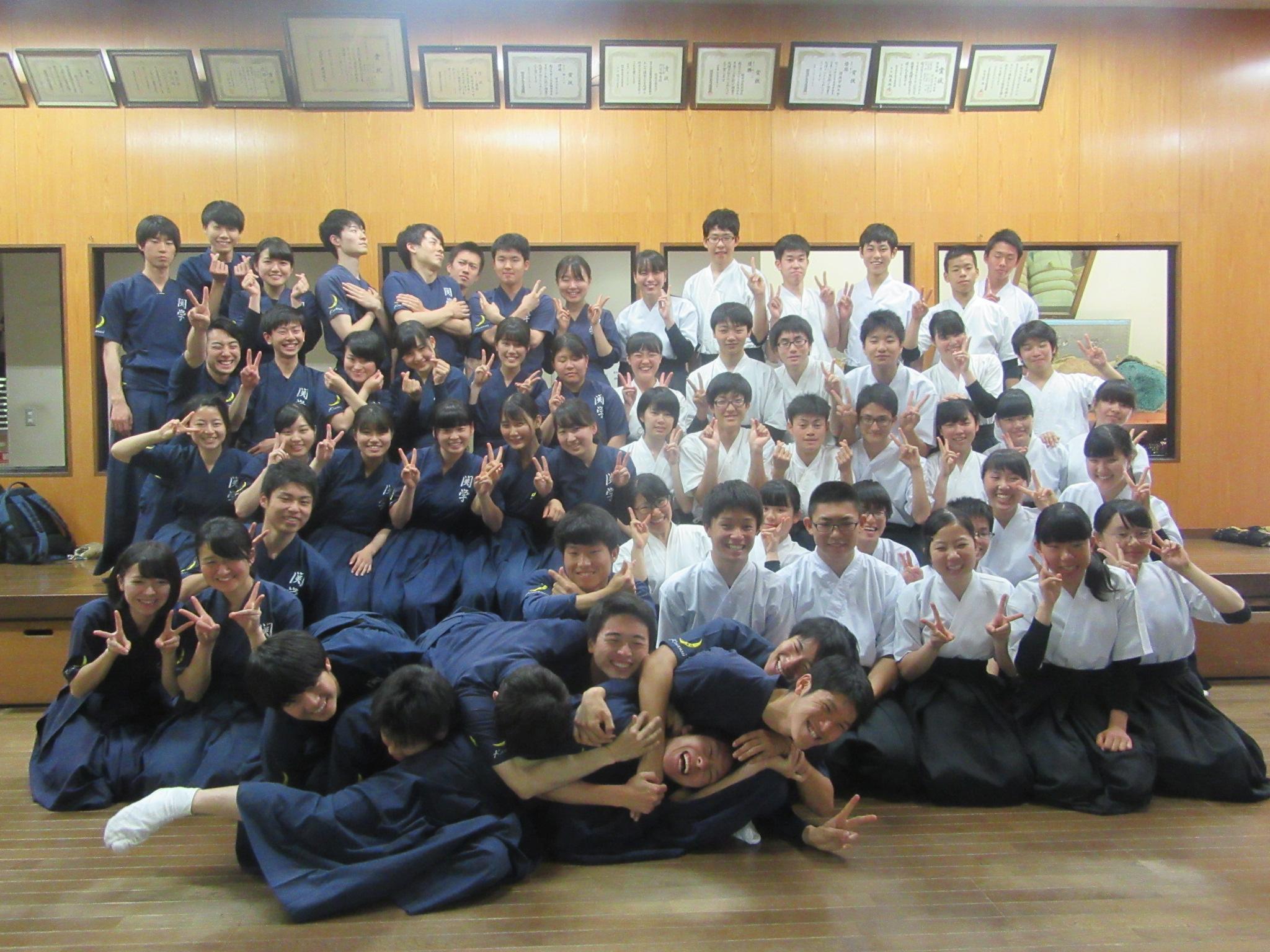 恒例の記念写真(はっちゃけ版) 高校生も大学生もお互いに成果のある1日でした
