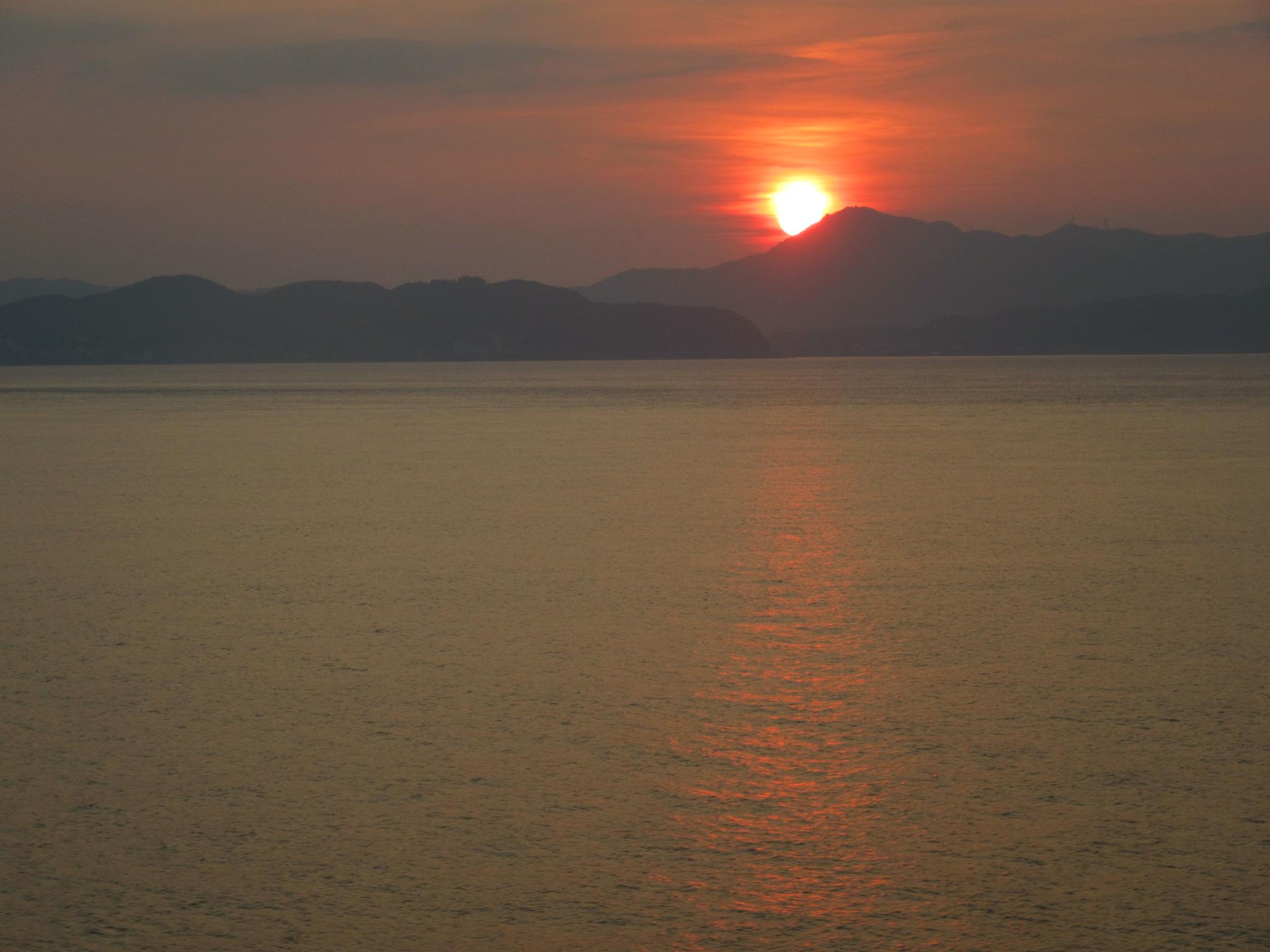 淡路島に夕日が沈みます