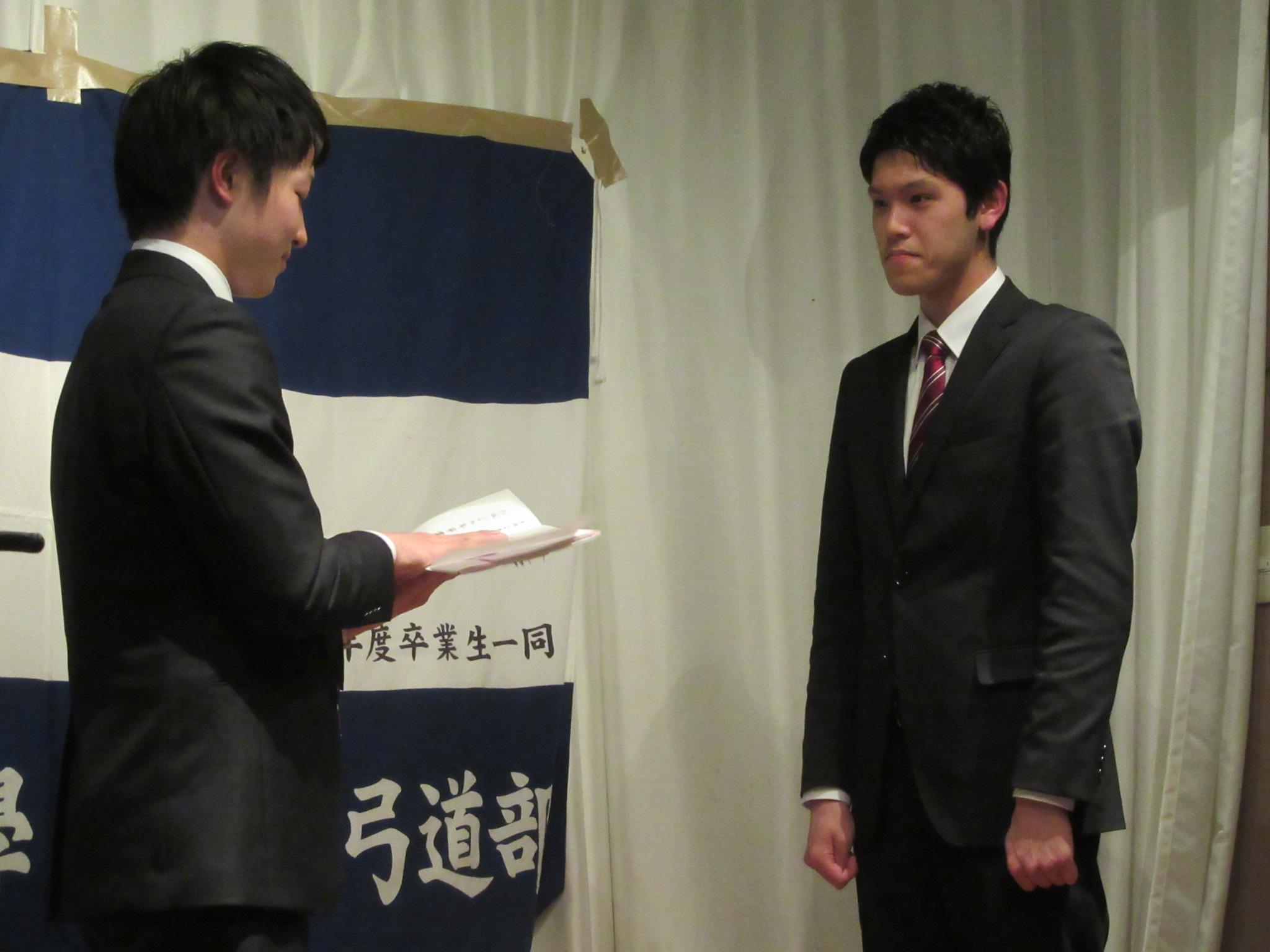 卒部生一同から矢箱の贈呈