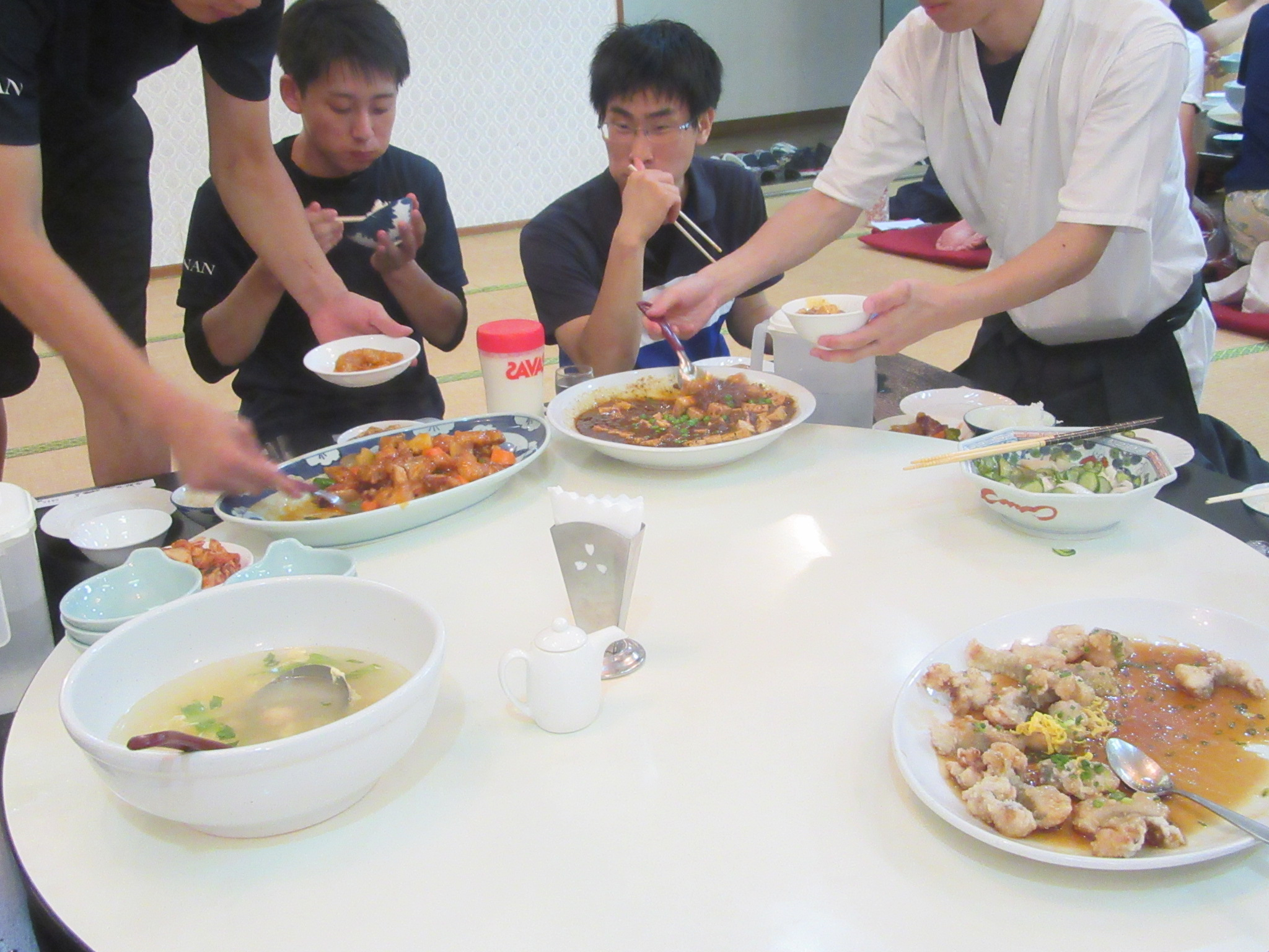 ホテル中村荘さんが朝昼晩と豪華でボリューミーな食事を用意してくださいます