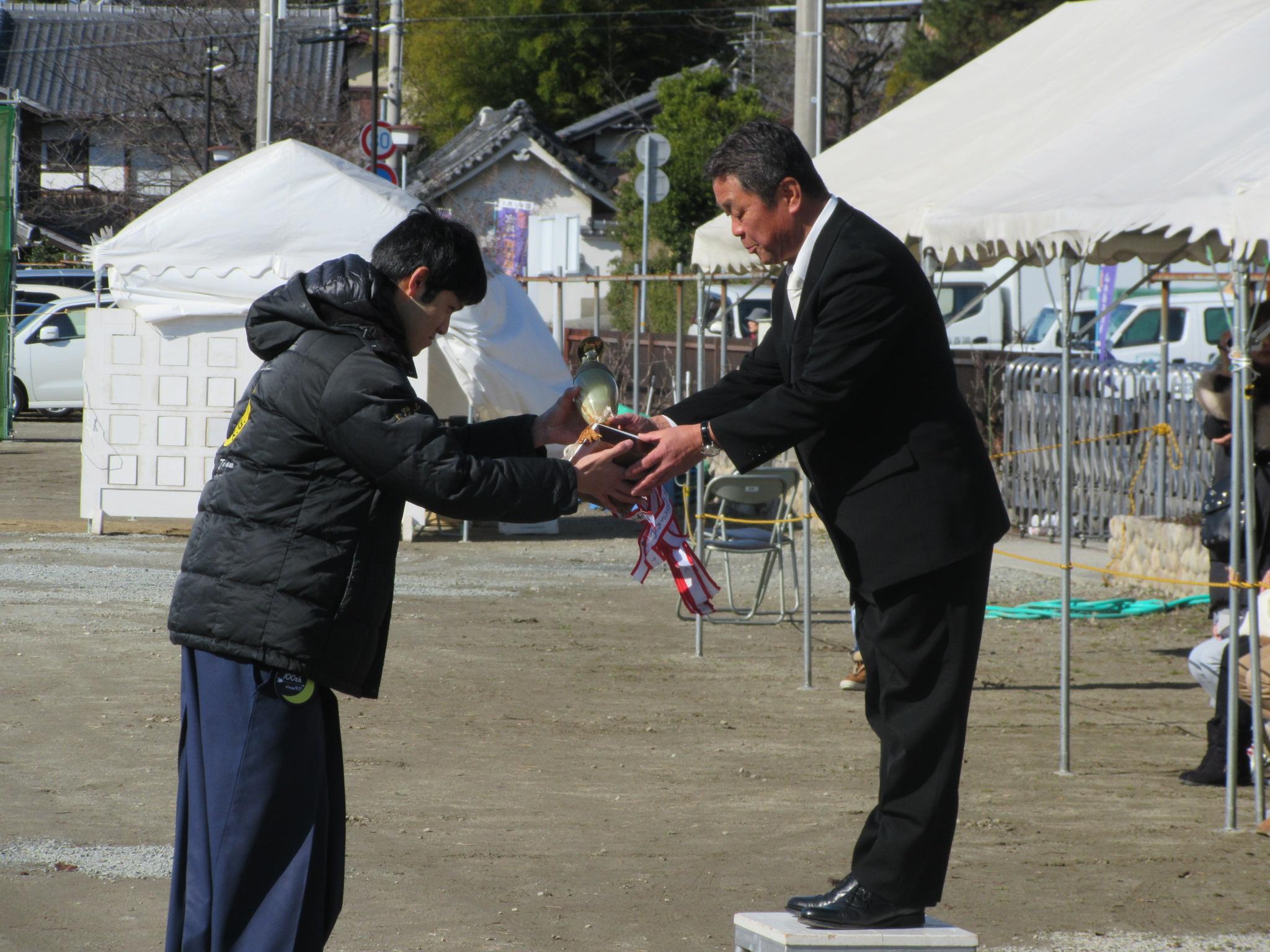 主将の五十嵐より前年度優勝カップ「田村麻呂杯」の返還です