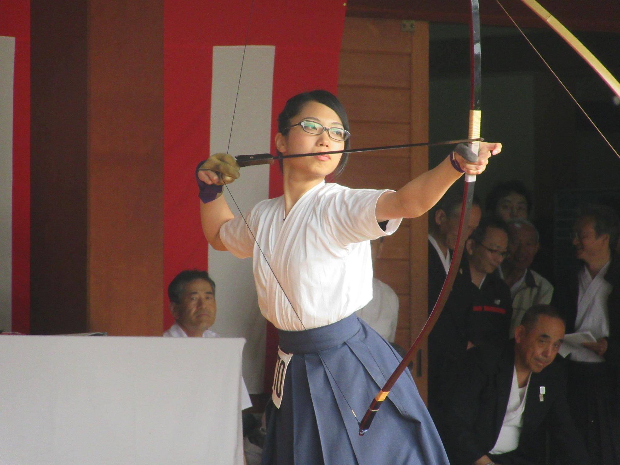 東田(4)射詰め八寸4本目を的中させ 大学女子の部優勝