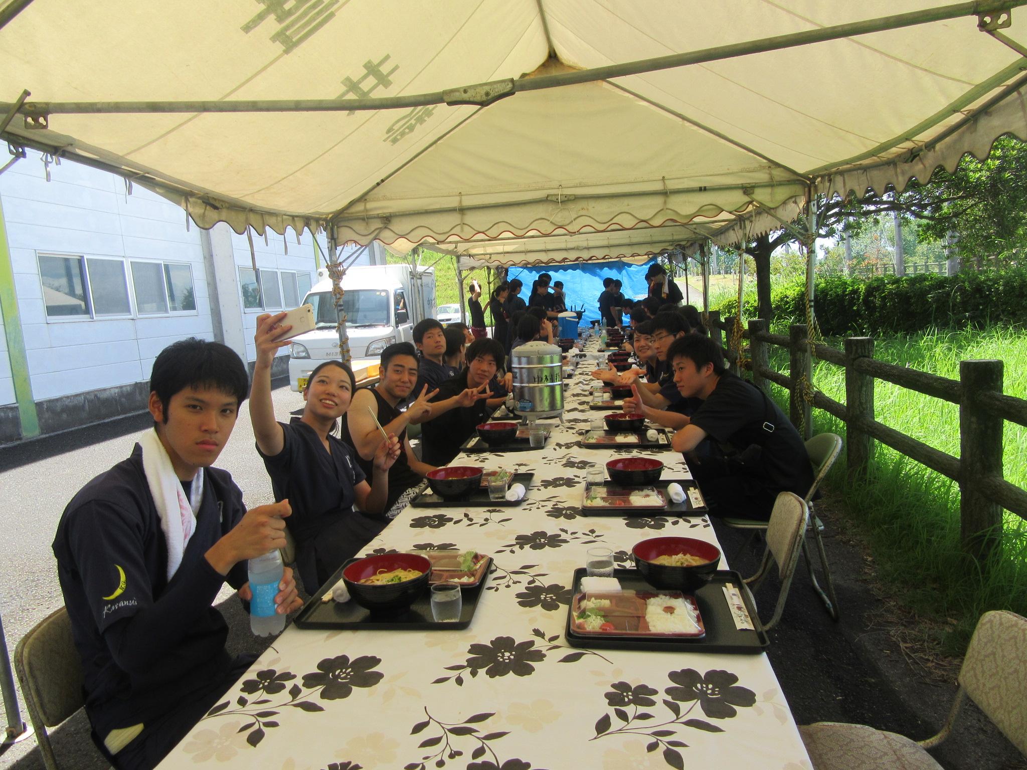 お昼は中村荘さんが道場近くにテントを設営して、毎日そこでお弁当と熱々の麺を茹でてくださいます
