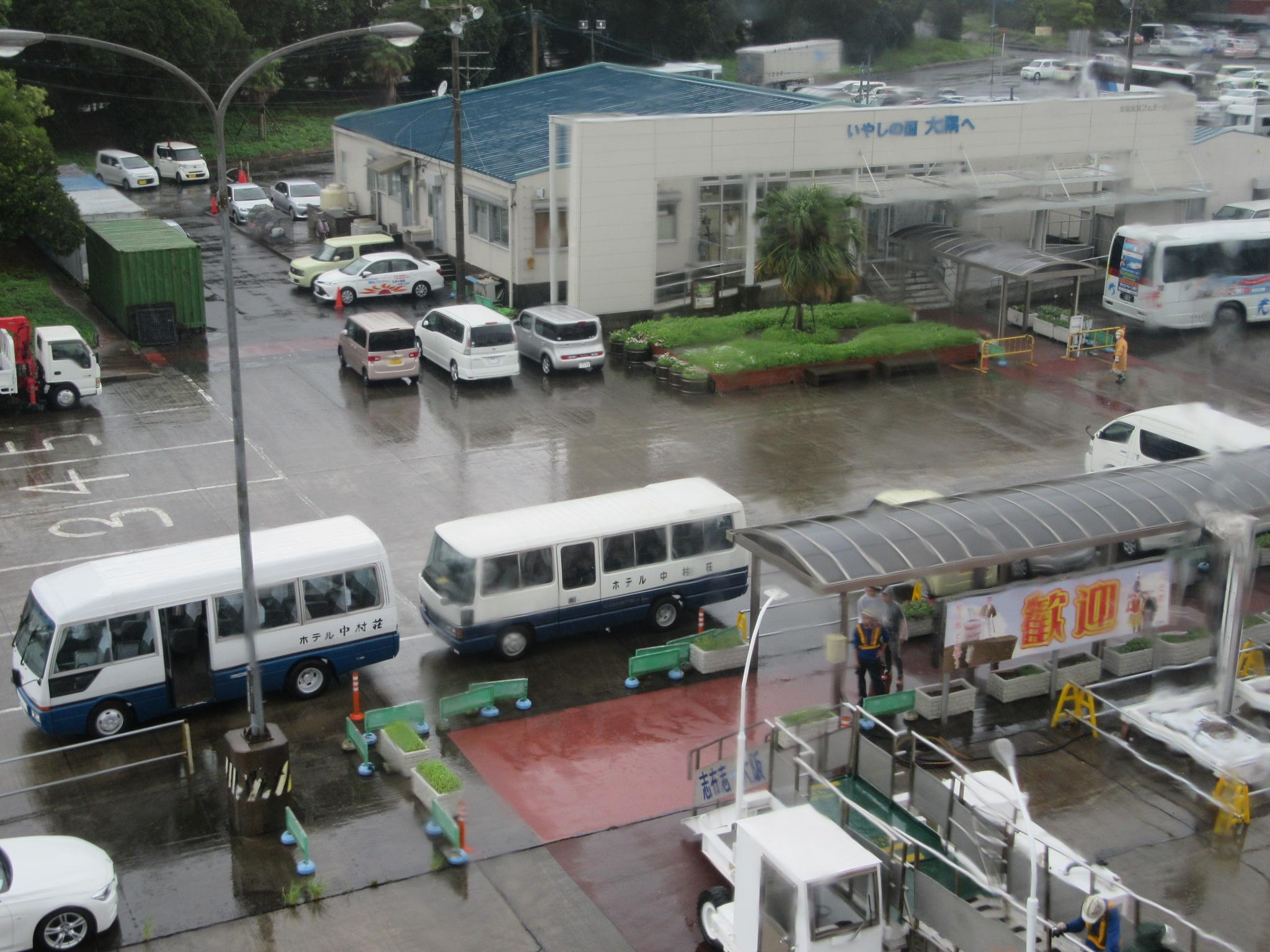 志布志港に到着 中村荘さんがマイクロバスで送迎してくださいます 港から宿舎はバスで20分程度です