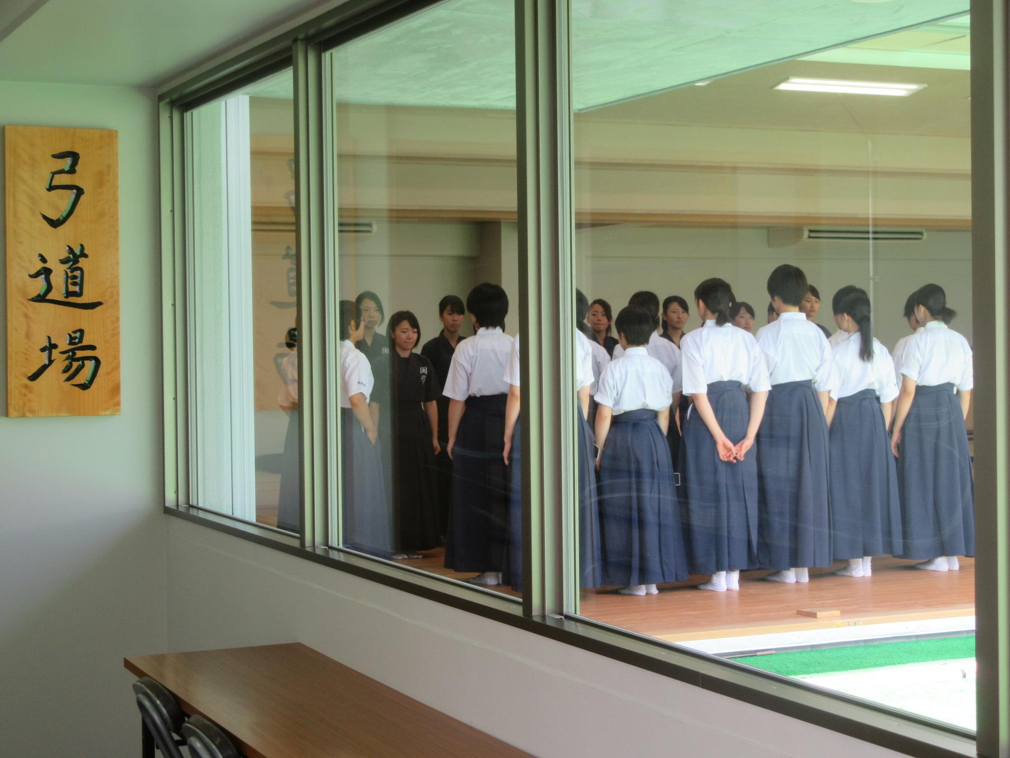 廊下から見学できるようになっています