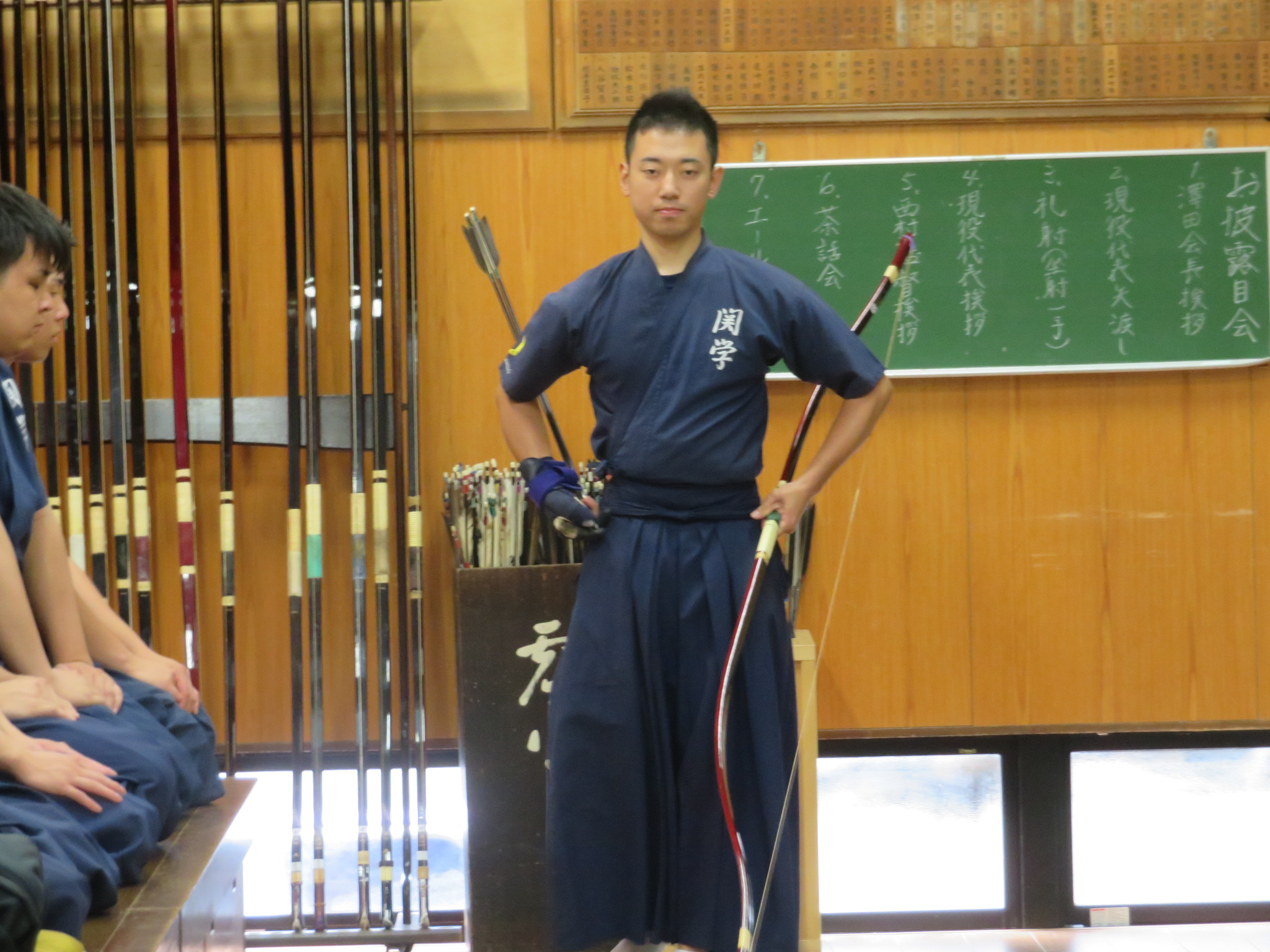 現役代表(社会学部4年中村祐太)による矢渡し
