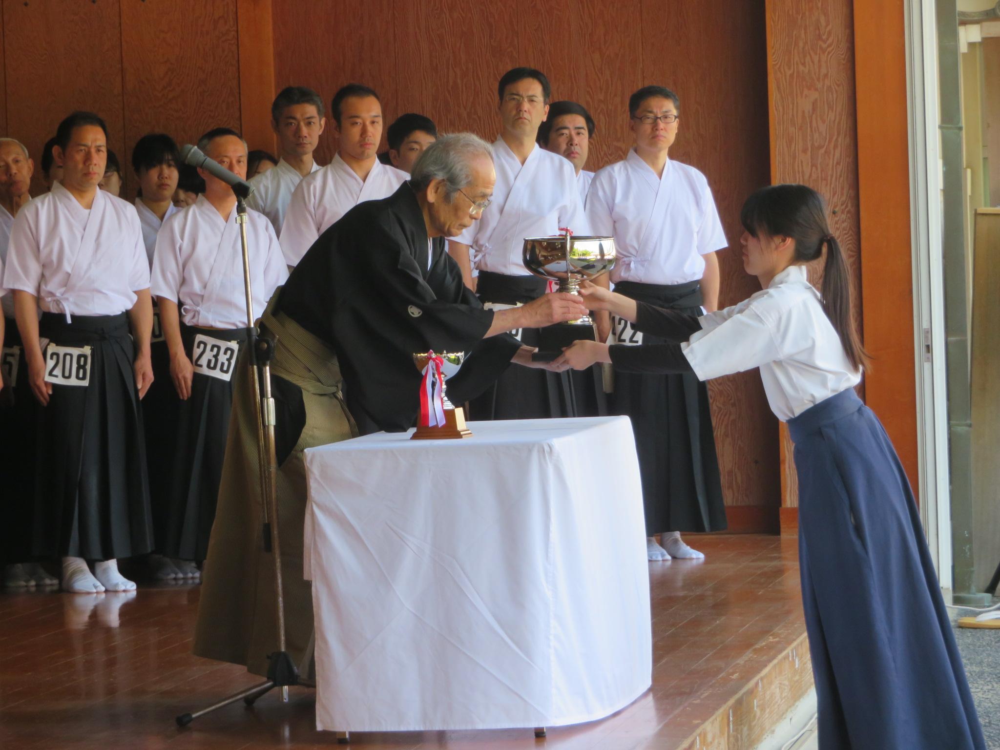 前年度総合優勝の東田(当時4年)に代わり女子主将の堀が優勝カップ返還