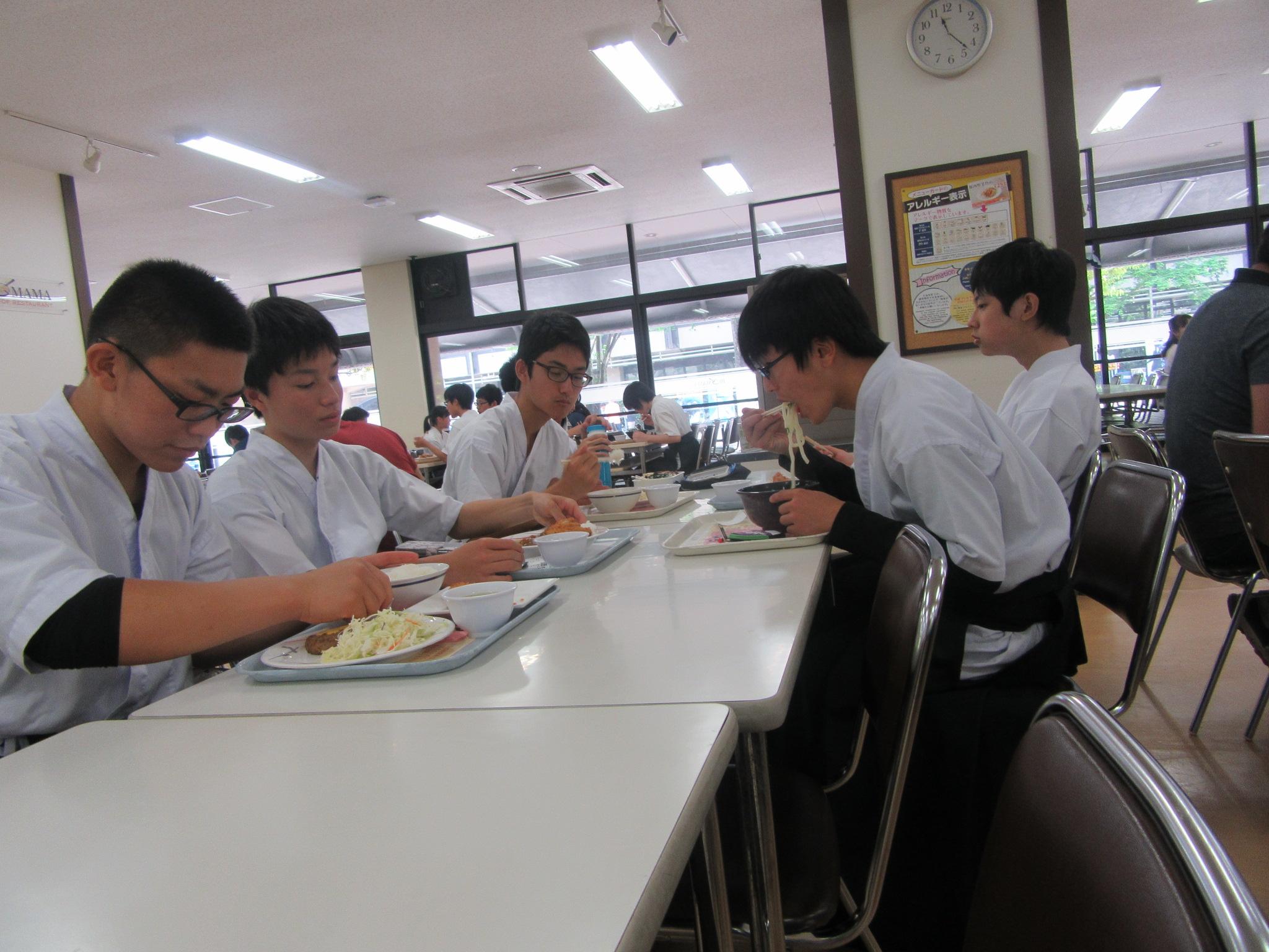 大学食堂、安いのでみんなビックリ、女子にはデザートが好評、男子はどんだけ喰うねん