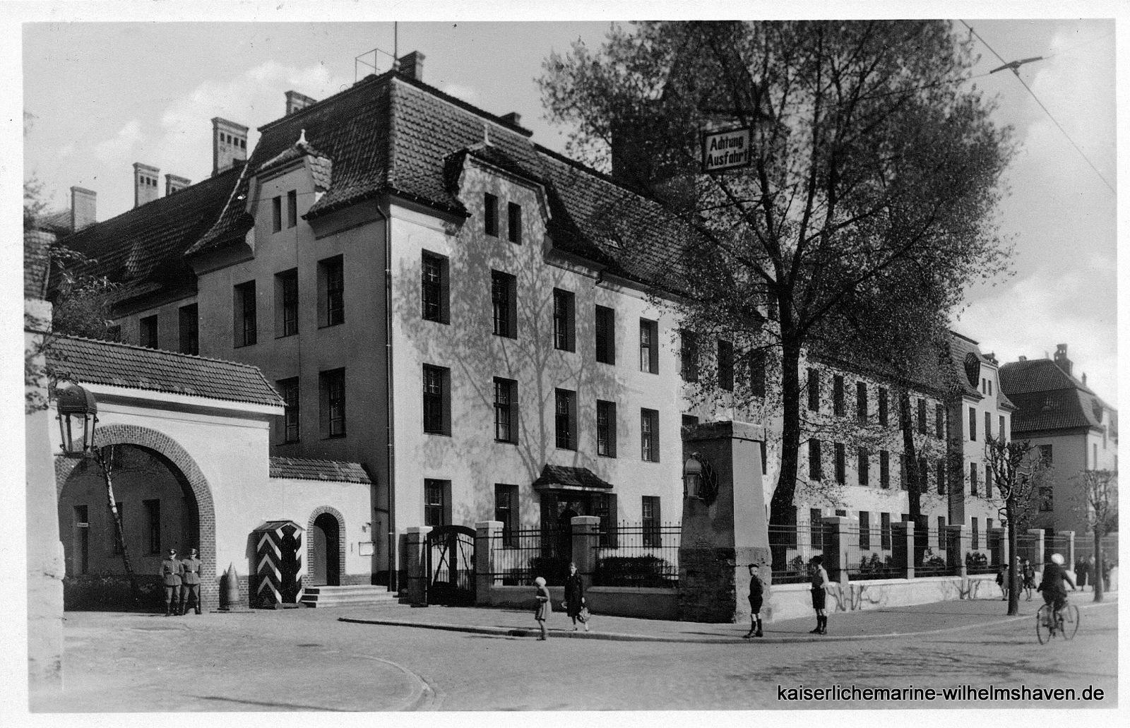 """Blick von Westen, in etwa an der Göker-/Ecke Kantstraße: Toreinfahrt, Stabsgebäude, Block """"Flandern"""""""
