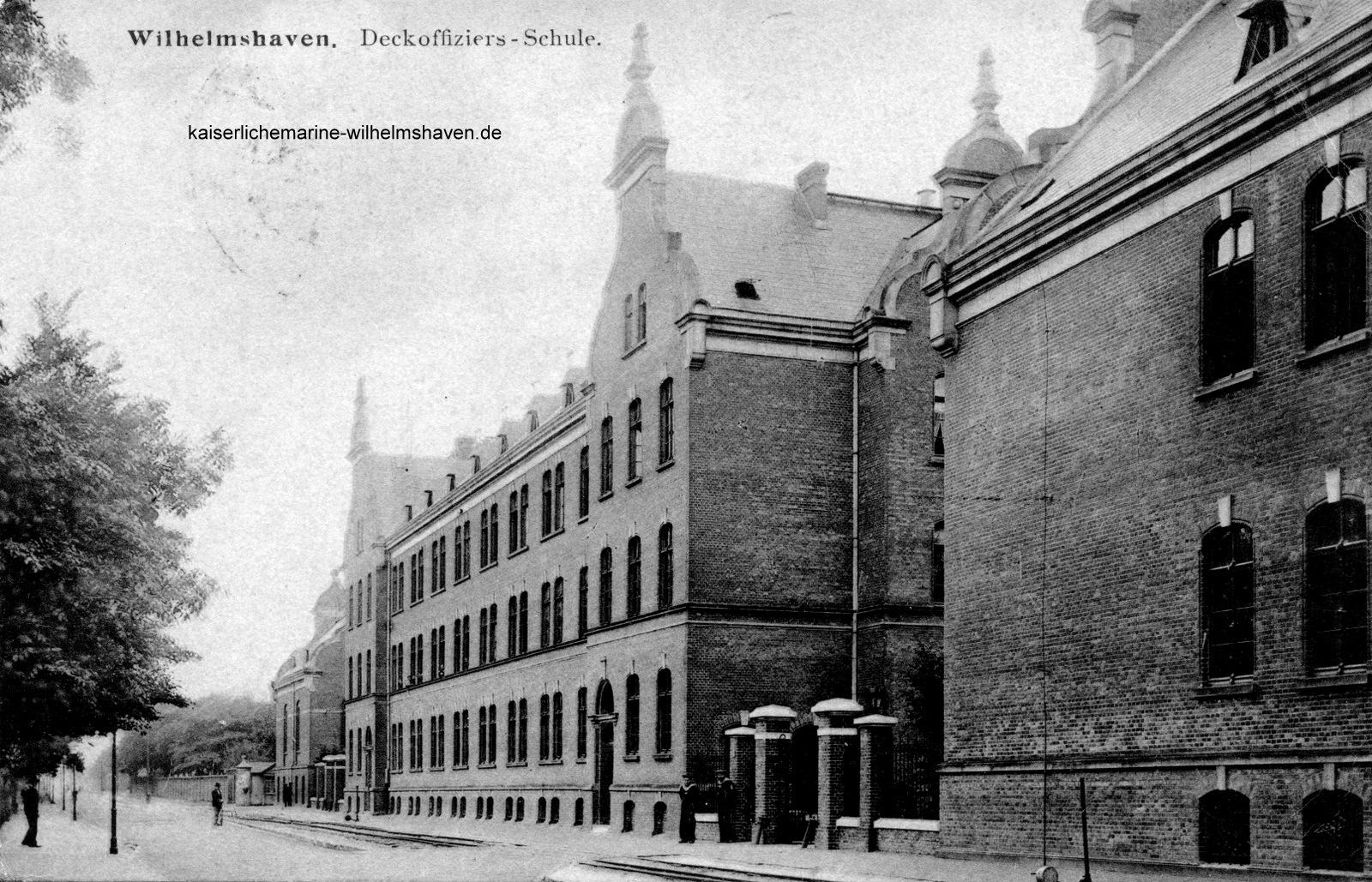 Blick von Nordwest, im Zentrum das nördliche Unterkunftsgebäude, rechts Seitenflügel des Lehrsaalgebäudes