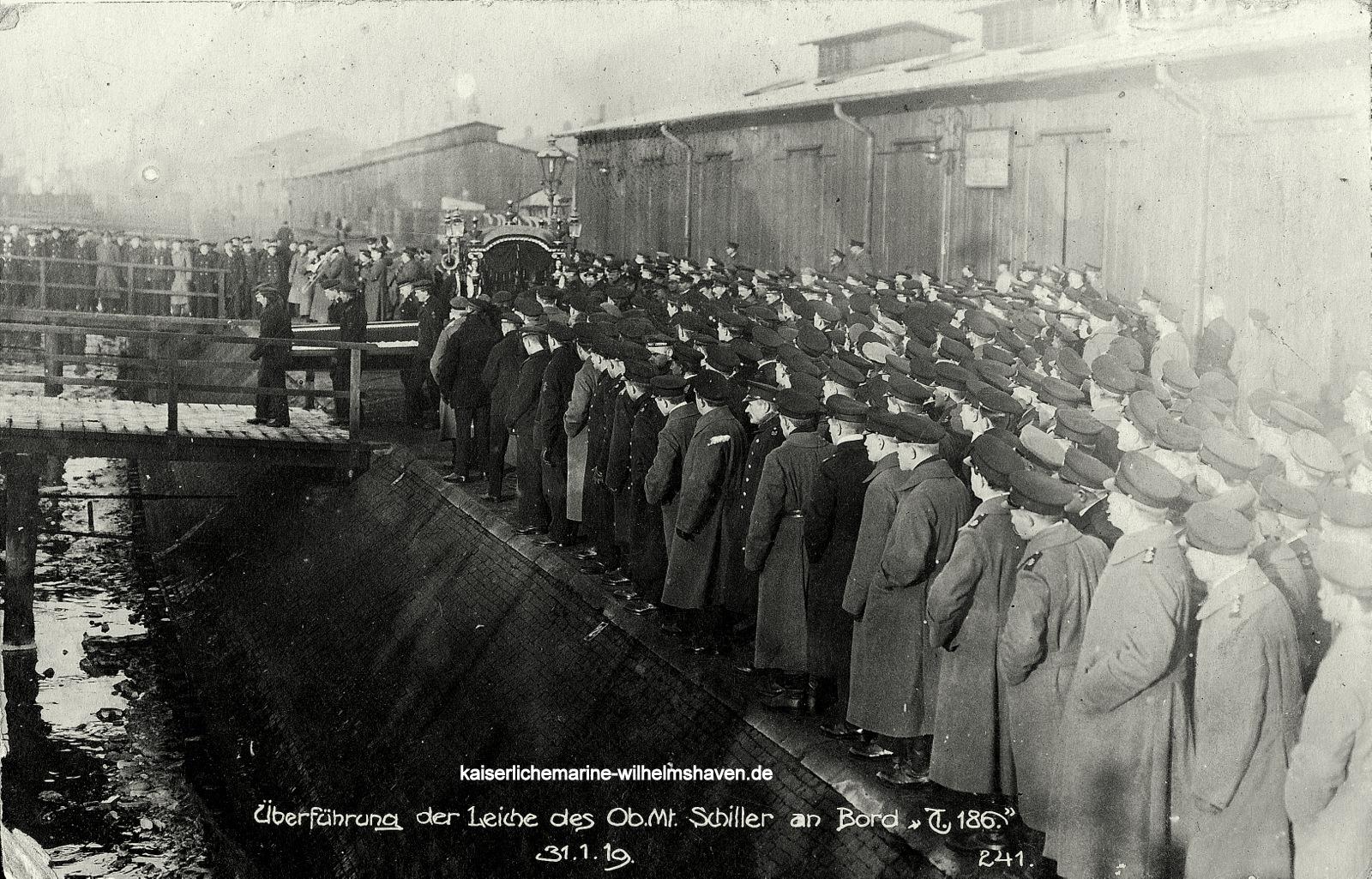 An der Gazellebrücke (Bontekai): Der Leichnam des Torpedo-Oberbootsmannsmaaten Albert Schiller wird zur Überführung in seine Heimat an Bord von T 186 geschafft.