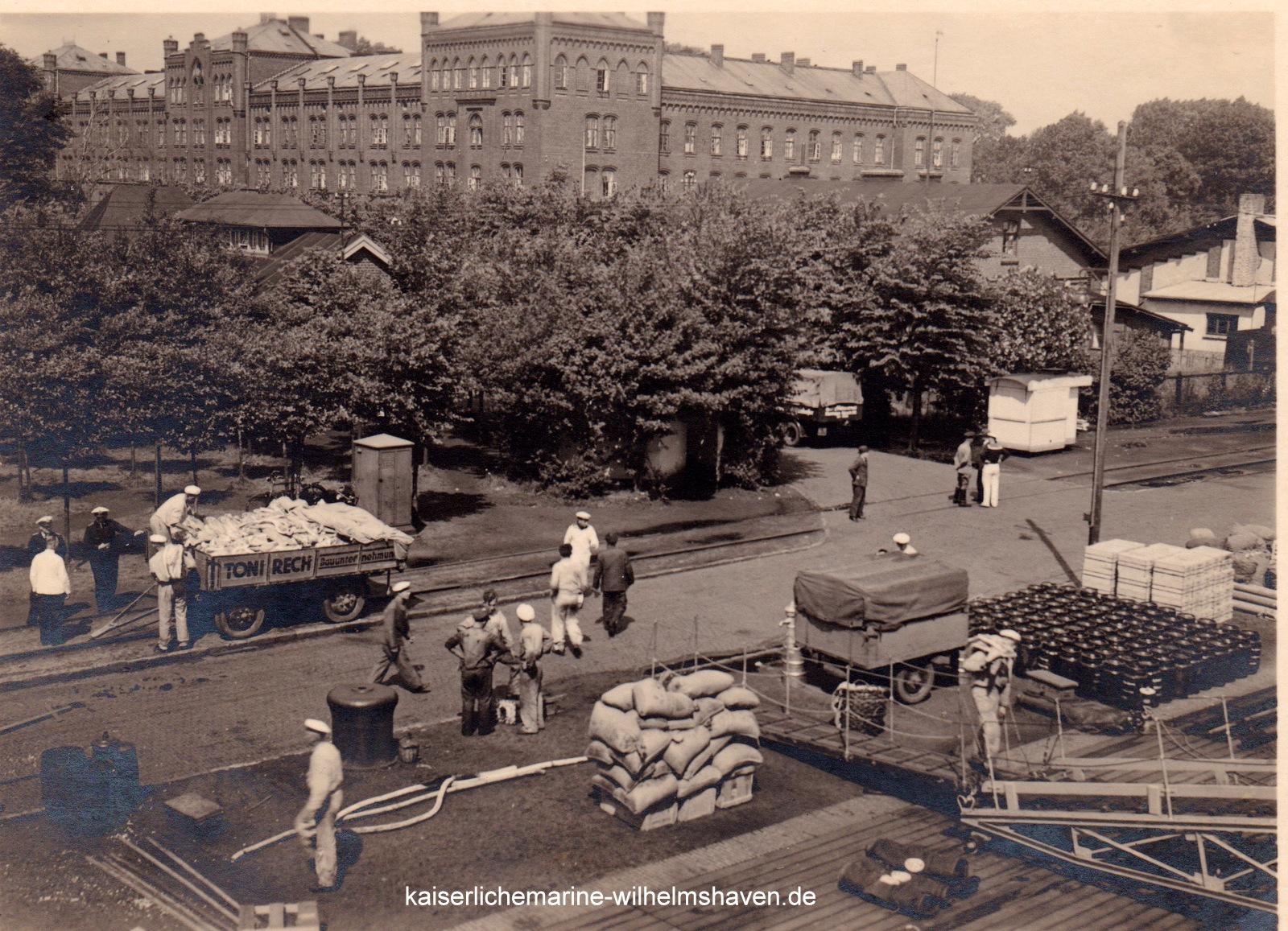 Dieses und nachfolgendes Bild: Proviantaufnahme etwa Mitte der 30er-Jahre an der Westkaje des Nordhafens.